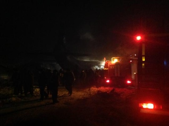 People on the ground hurried to extinguish the flames as quickly as possible.