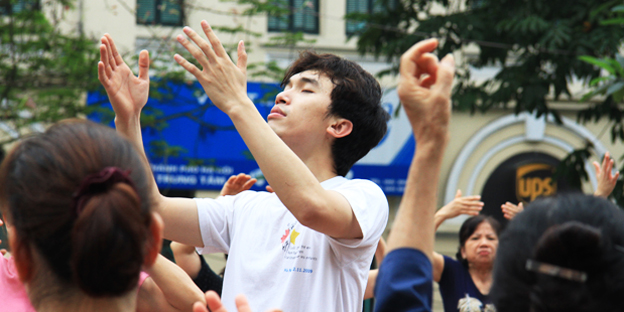 Yoga cười được xem là một môn yoga rất tốt cho sức khỏe, được bác sĩ Madan Kataria ở Ấn Độ sáng lập ra vào năm 1995. Cho tới nay, bộ môn yoga này đã có mặt ở 70 quốc gia với hơn 6.000 câu lạc bộ và hàng triệu thành viên