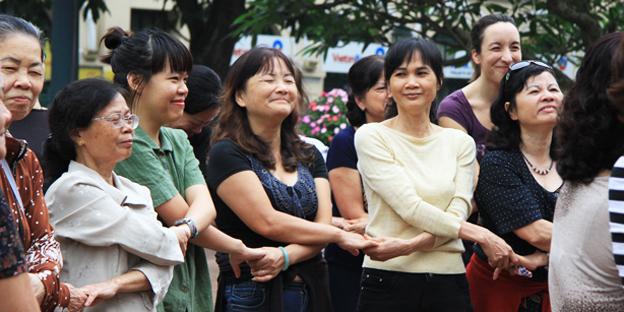 Hoặc đơn giản hơn, chỉ cần đưa hai tay vòng qua đầu hay hai hoặc ba người trong một nhóm cầm tay nhau họ cũng có thể phá lên cười như một đứa trẻ