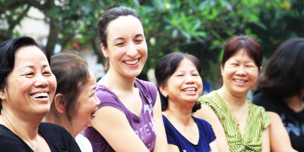 Theo quan sát, một bài tập yoga cười thường có 4 bước. Những động tác đầu tiên thường bắt đầu bằng cách vỗ tay, hít thở và các hành động như trẻ con vui đùa. Tiếp đến là các hành động khuyến khích cười to, cười hết sức lấy hơi từ bụng xen kẽ với hơi thở sâu, duy trì hành động vui đùa, tương tác ánh mắt để trở thành tiếng cười thực sự và tự phát