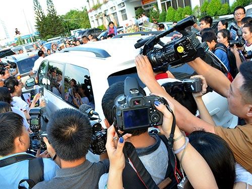 Các nhà báo đang tác nghiệp tại sự kiện đón Nick Vujicic ở sân bay Tân Sơn Nhất Ảnh: TẤN THẠNH