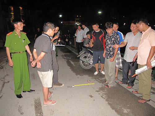 Công an khám nghiệm hiện trường vụ nổ súng dằn mặt nhau tại khu đường vòng hồ Sen, đêm 11-7