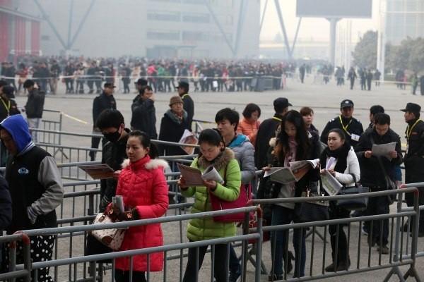 Choáng với dòng người tìm việc dài dằng dặc ở Trung Quốc 1
