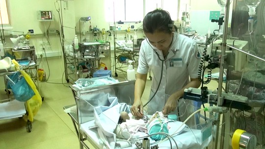 Bé sơ sinh đang được chăm sóc tại BV Nhi Đồng 1 - ảnh: Tấn Nguyên