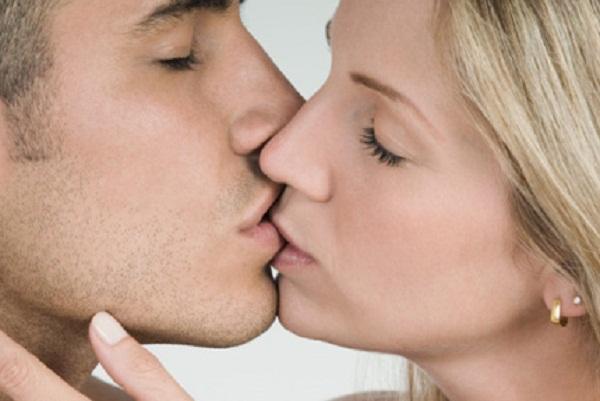 Hình ảnh: Hôn vợ nhiều giúp các ông chồng sống lâu hơn số 1