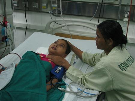 Bệnh nhi Trần Thị Hoa đang được chạy thận nhân tạo tại Bệnh viện Phụ sản - Nhi Đà Nẵng