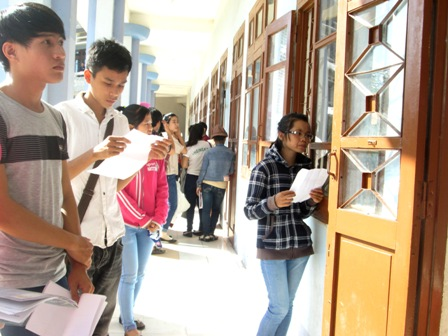Thí sinh chuẩn bị bước vào thi môn toán tại Hội đồng tuyển sinh ĐH Quảng Nam. (Ảnh: Công Bính)