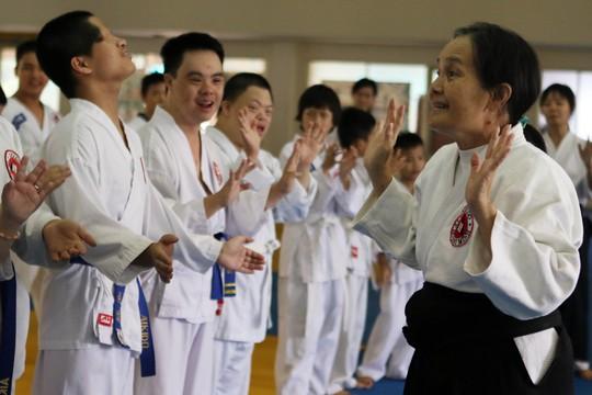 Võ sư Thanh Loan đang hướng dẫn các học trò đặc biệt của mình