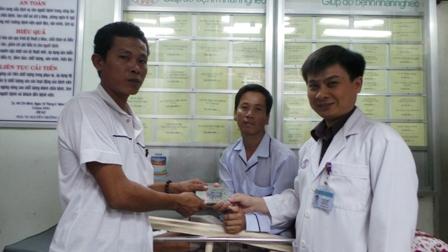 Anh Nam chia sẻ với những bệnh nhân đồng cảnh ngộ tại Chợ Rẫy
