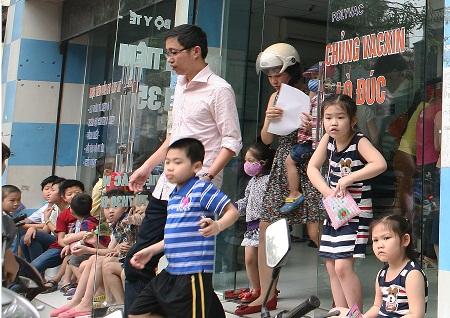 Những ngày gần đây lượng trẻ em đến các điểm tiêm chủng dịch vụ rất đông. Ảnh: TM