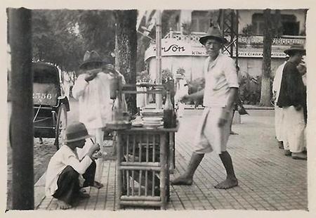 Một quầy bán hủ tiếu góc đường Lê Lợi – Nguyễn Trung Trực, Sài Gòn