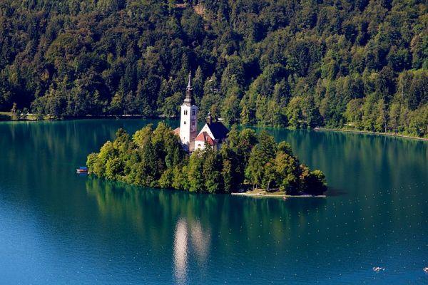 Slovenia là nơi tuyệt vời cho những du khách thích khám phá núi, rừng, hồ, phố cổ...
