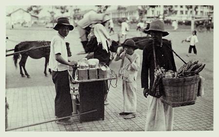 Người bán dạo trên bùng binh trước chợ Bến Thành, Sài Gòn