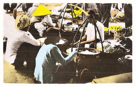 Những đôi quang gánh quen thuộc tại một góc chợ Sài Gòn