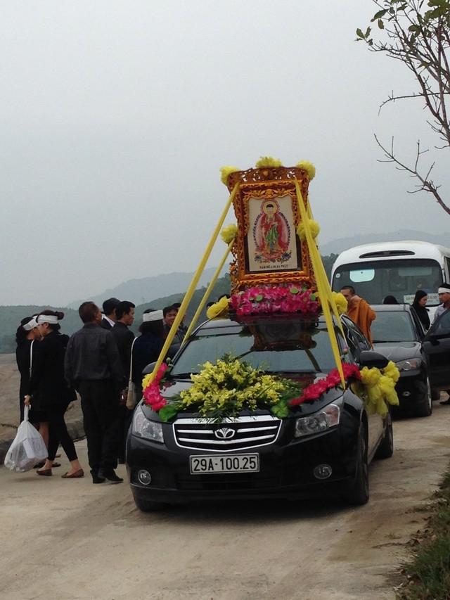 Đoàn xe đưa di hài của gia đình chị Nguyễn Ngọc Minh về Nghĩa trang Lạc Hồng Viên (Hòa Bình)