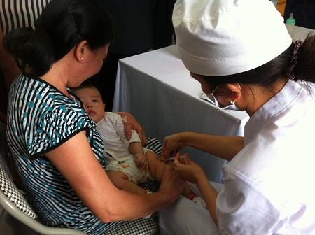 Trẻ được tiêm vắc-xin tại TYT Tân Bình, Hải Dương. Ảnh: Mai Linh