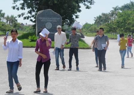 Các thí sinh tham dự buổi thi môn Toán tại Cơ sở 1, trường ĐH Hồng Đức. (Ảnh: Duy Tuyên)