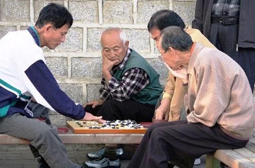 Người cao tuổi nên chơi các trò chơi trí tuệ như chơi cờ.