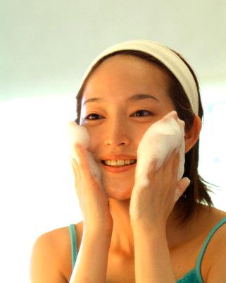 rửa mặt để da không bị nhăn - bước 2