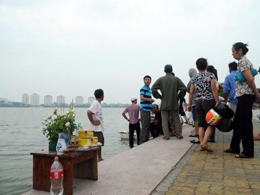 Lập ban thờ nạn nhân vụ lật thuyền kayak ngay trên bờ Hồ Tây