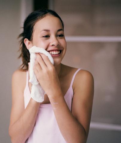 rửa mặt để da không bị nhăn - bước 4