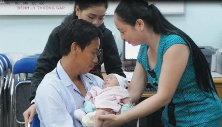 Lần đầu tiên, anh Nam được bế cậu con trai trên tay.