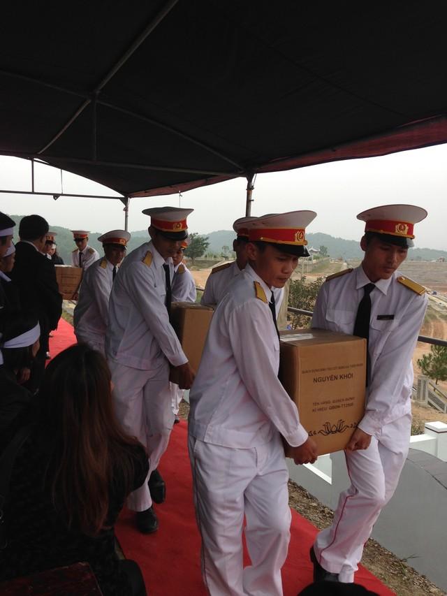 Đội kiêu binh đưa hài cốt của gia đình chị Minh, anh Thắng chuẩn bị làm lễ hạ huyệt