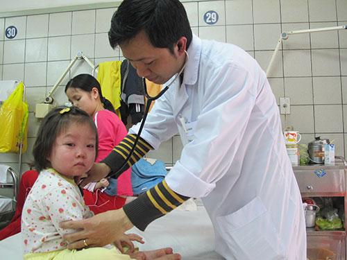 Điều trị cho trẻ mắc bệnh sởi tại BV Bạch Mai. Ảnh: D.Thu