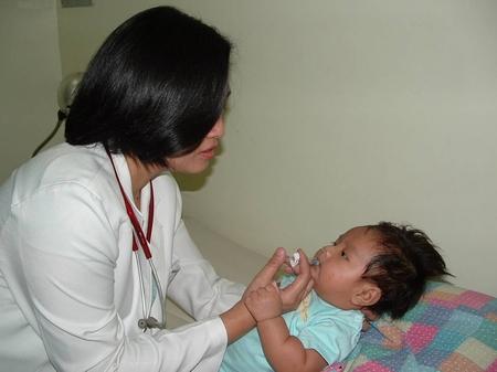 Cho trẻ uống vaccin để phòng ngừa Rotavirus.