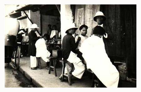 Hàng cắt tóc dạo trên đường Hà Nội