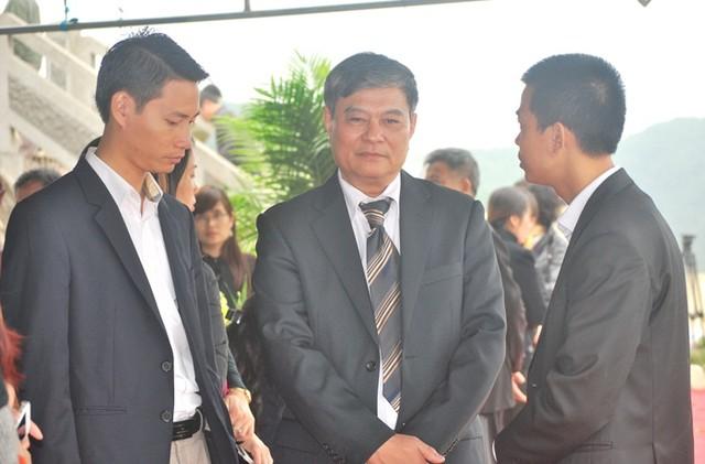 Ông Nguyễn Ngọc Khanh (giữa) gửi lời cảm ơn đến đại diện lãnh đạo Công ty Đầu tư và Xây dựng và Thương Mại Toàn Cầu (chủ đầu tư Công ty nghĩa trang Lạc Hồng Viên – Hòa Bình) vì đã chia sẻ nghĩa cử với sự mất mát của gia đình ông, như miễn phí dịch vụ cho buổi an táng và dịch vụ chăm sóc phần mộ.