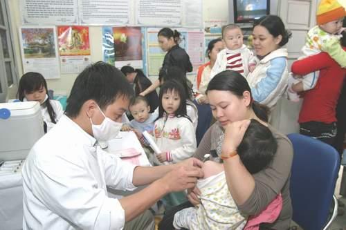 Thực hiện nghiêm ngặt các bước an toàn tiêm chủng cho trẻ em. Ảnh: Trần Minh