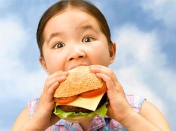 Không cho trẻ ăn quá no, hạn chế cho trẻ ăn các thực phẩm như bánh kẹo ngọt, đồ chiên xào, nước ngọt có ga...