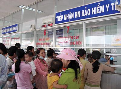 Người dân chờ khám chữa bệnh bằng BHYT