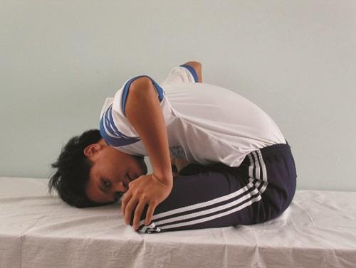 Động tác đầu sát giường, lăn qua lăn lại