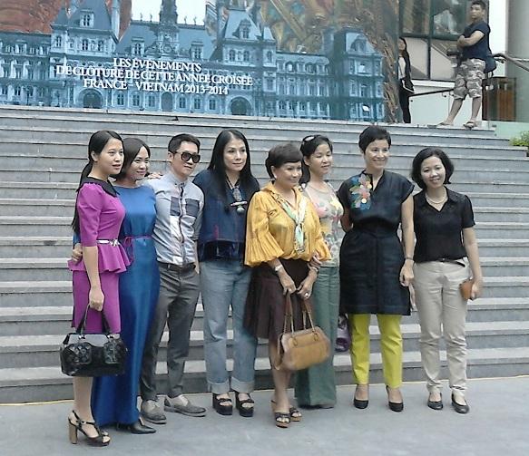Các nhà thiết kế Minh Hạnh, Hùng Việt và Lan Hương chụp ảnh cùng Tùy viên Văn hóa Pháp
