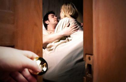 Mơ thấy đối tác ngoại tình có nghĩa là bạn đang buồn chán và cảm thấy bị đối tác bỏ rơi.