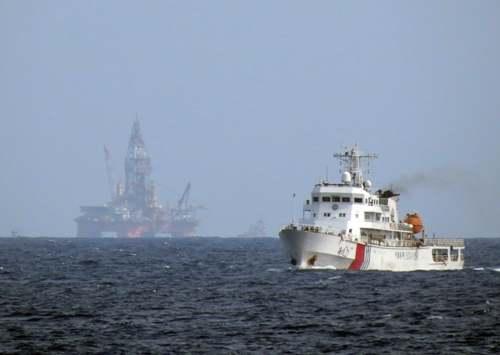 Giàn khoan trái phép Hải Dương-981 và tàu Trung Quốc - Ảnh: Độc Lập