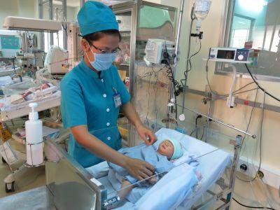 Bé Huy được các y bác sĩ ê kíp điều trị BV Nhi đồng 1 tích cực chăm sóc.