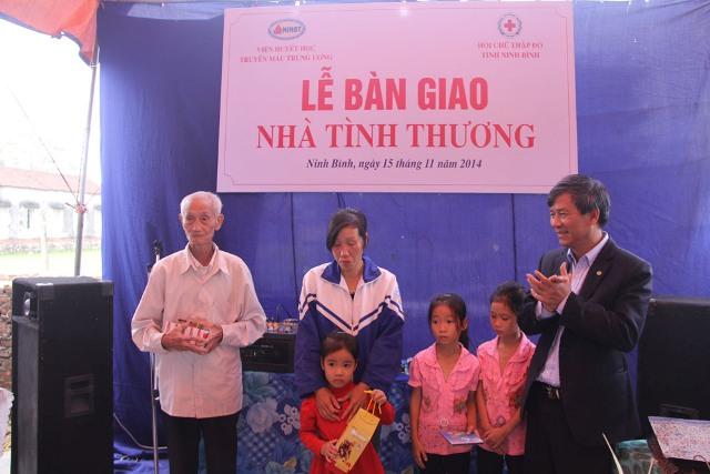 GS.TS Nguyễn Anh Trí, Viện trưởng Viện Huyết học - Truyền máu Trung ương tại lễ bàn giao nhà tình thương cho gia đình chị Mười.