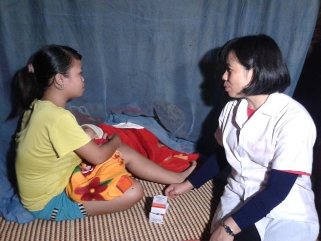 Kiểm tra sức khỏe và cấp thuốc cho gia đình đồng bào dân tộc Chứt