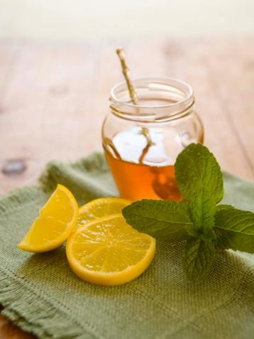 Nước chanh tươi hòa mật ong uống hằng ngày có tác dụng làm thơm miệng.