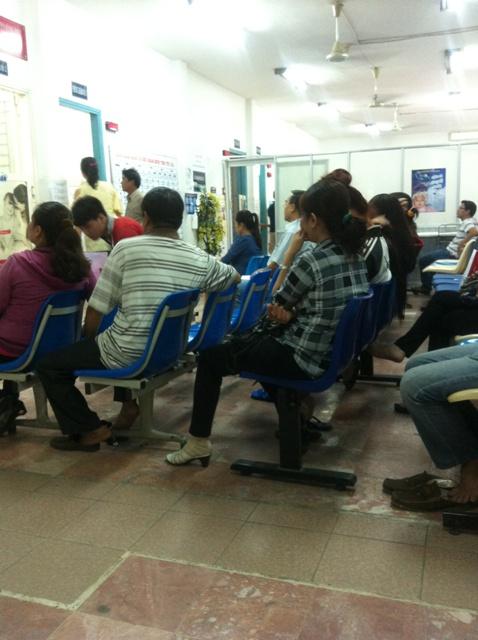 Không ít bệnh nhân bị viêm da dị ứng chờ khám ở BV Da liễu tp. HCM