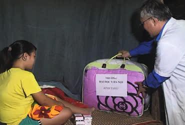 Tặng chăn bông cho gia đình chính sách và đồng bào dân tộc Chứt ở Hà Tĩnh.