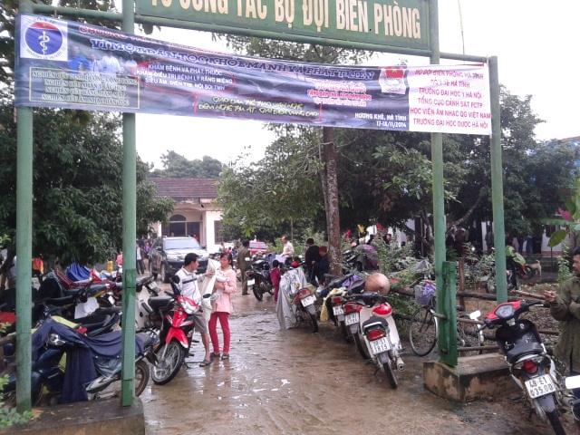 Rất đông người dân đến khám và cấp thuốc