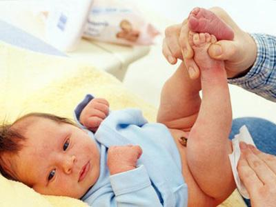 Cha mẹ cần chú ý vệ sinh cẩn thận cho bé.