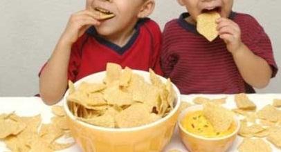 Trẻ ăn nhiều bim bim sẽ bị thừa muối, ảnh hưởng tới chức năng thận.