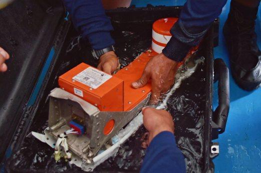 cơ trưởng, QZ8501, hộp đen