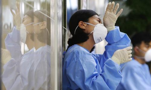 Nữ y tá trong phút giây nghỉ ngơi tại bệnh viện Deachong, thành phố Deajon, Hàn Quốc. Ảnh: Yonhap