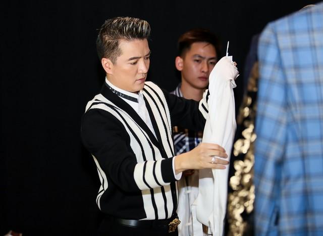 """Mất gần 2 tháng chuẩn bị với khoảng 300 nhân lực đảm nhận tất cả các khâu liveshow """"Thương Hoài Ngàn Năm 2"""" được diễn ra vào 21/12 tại khách sạn Marriott, Hà Nội."""